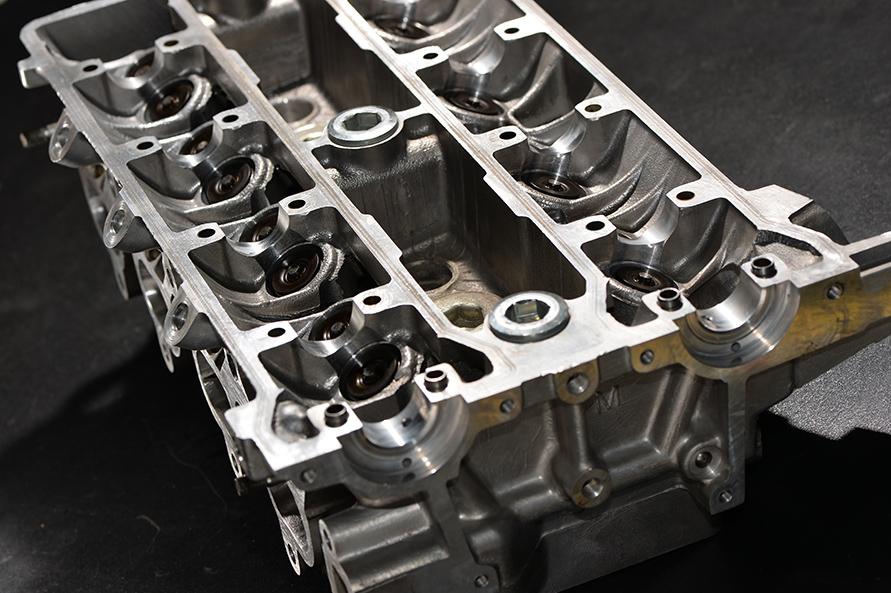 AE92エンジンでも20年は軽く経過している。すべての汚れが落ちるまで徹底的に洗浄してから使用される