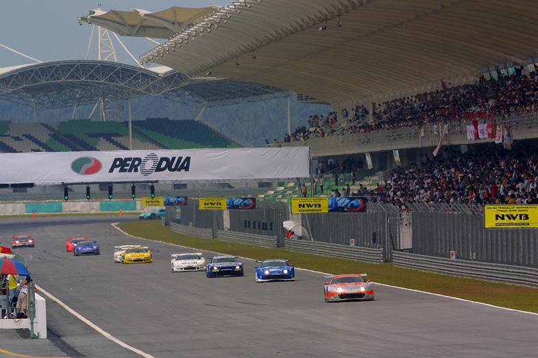 2001年にセパンサーキットで行われたJGTCのノンタイトル戦の様子。セパンでは2002年から2013年にかけて、JGTCおよびSUPER GTのタイトル戦が開催された。