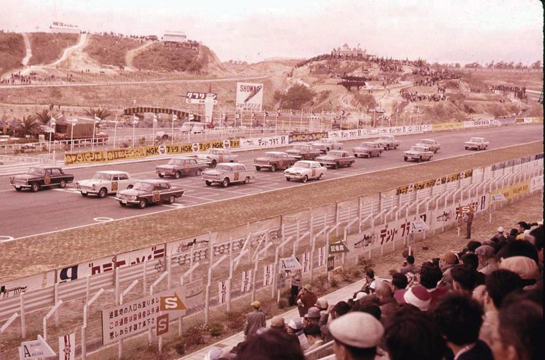 1963年に鈴鹿サーキットで開催された、第1回日本グランプリ。レースでの勝利がもたらす広告効果に気づき、自動車メーカーはモータースポーツに力を注ぐこととなる。