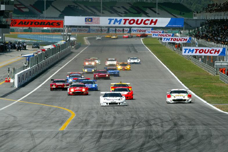 2002年のJGTC第4戦セパンの様子。セパンでの初のタイトル戦となった同レースでは、松田次生とラルフ・ファーマンがドライブするモービル1 NSXが優勝した。