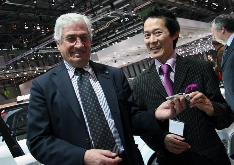ジウジアーロの代表作のひとつで、筆者が持っていたデロリアンDMC12のモデルカーを本人に贈呈したときの写真。2010年のこと。