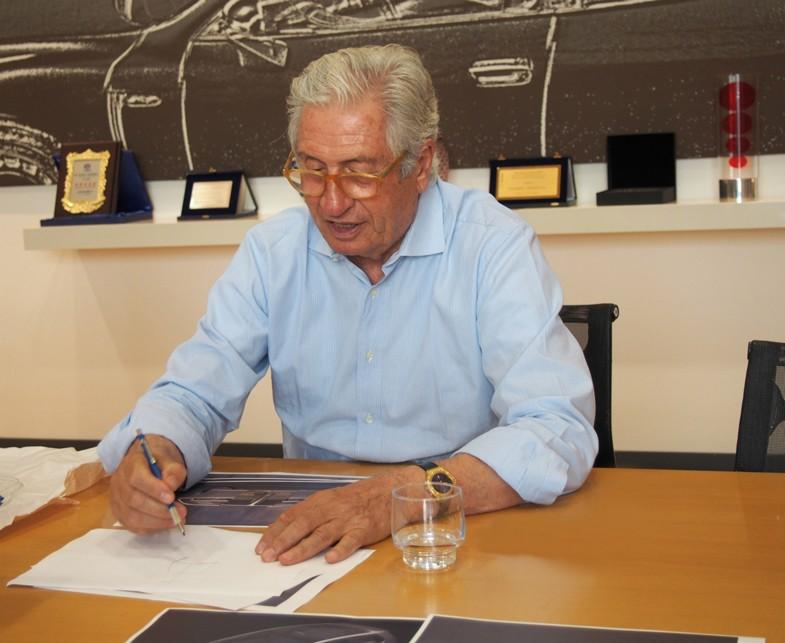 筆者がインタビューに赴くと、いつもすらすらとスケッチを描きながら説明をしてくれた。2013年トリノのイタルデザイン-ジウジアーロ本社会議室にて。