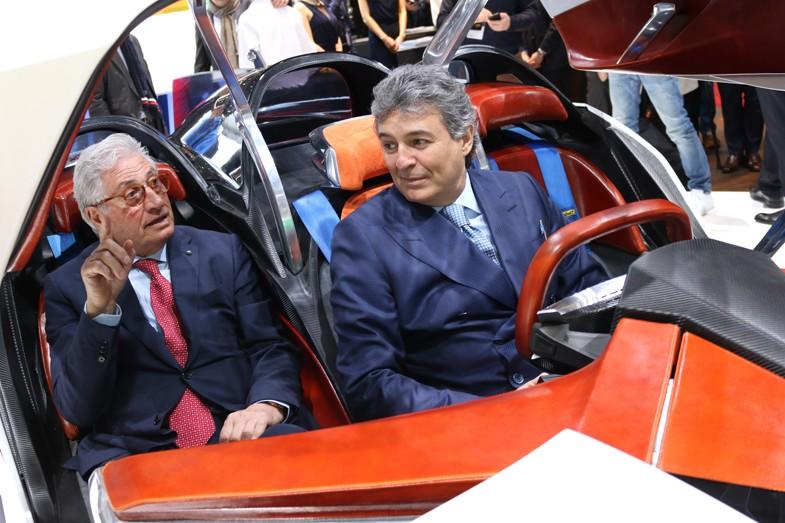 2017年3月、ジュネーブモーターショーにおいて、自身が手がけたショーカー、テックルールズGT96のコックピットに収まるジョルジェット&ファブリツィオ・ジウジアーロ。