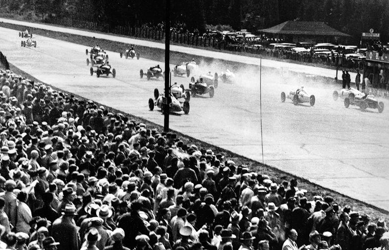 1934年にニュルブルクリンクで行われた国際アイフェルレンネンの様子。このレース以降、グランプリをメルセデス・ベンツとアウトウニオンのドイツ勢が席巻することとなる。