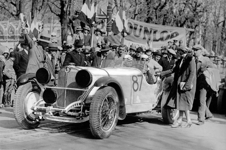 1931年のミッレミリアで優勝したメルセデス・ベンツSSKL。ドライバーはルドルフ・カラチオラ、コドライバーはウィルヘルム・セバスチャンが務めた。