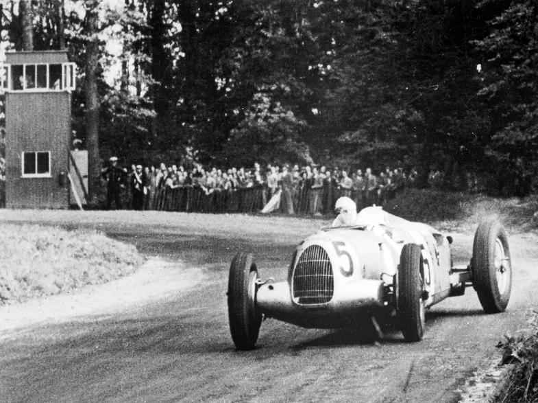 アウトウニオンはタイプCやタイプDといったミドシップのレーシングカーをグランプリに投入。1936年にはタイプCを駆るベルント・ローゼマイヤーが年間王者に輝いている。