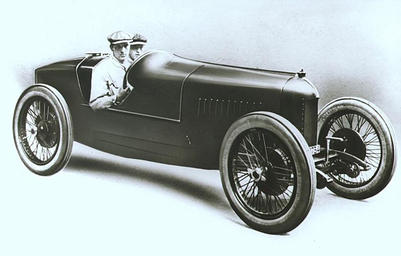 1922年のグランプリにフィアットが投入した804-404コルサ。空力を考慮した細身のボディーに2リッターの6気筒エンジンを搭載していた。