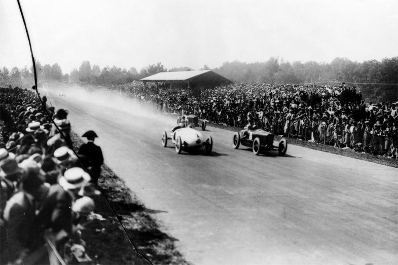 1923年にモンツァで開催されたグランプリの様子。ベンツのトロップフェンヴァーゲン(写真向かって左)は4位と5位でゴールした。