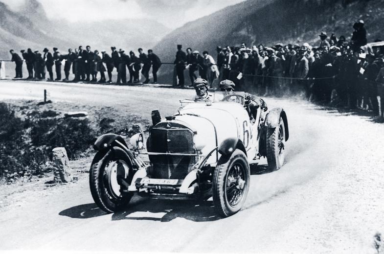 ルドルフ・カラチオラがドライブするメルセデス・ベンツSSK。写真は1930年にスイスで開催されたヒルクライムレース、クラウゼンレンネンのもの。