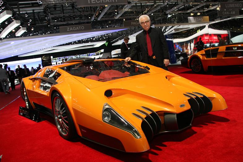 コンセプトカー「アウトバウ」の脇に立つフランコ・スバッロ氏。2010年ジュネーブモーターショーにて。