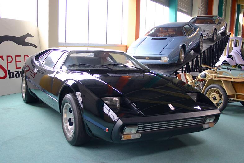 1975年「スタッシュ・ピエールカルダン」。後方に見えるのは、そのベースとなった「スタッシュ」。フランス東部モンベリアールにあるカーデザイン学校「エスペラ・スバッロ」の併設ミュージアムに保存されている。