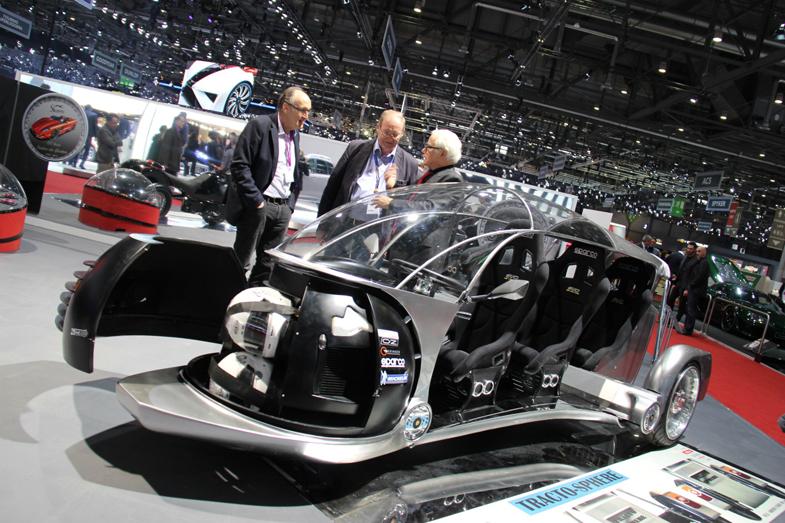 出展45年目を迎えた2017年の3月のジュネーブショーにて。タンデム3人乗りのコンセプトカー「トラクトスフィア」を、ブース来場者に説明するスバッロ氏(右)。