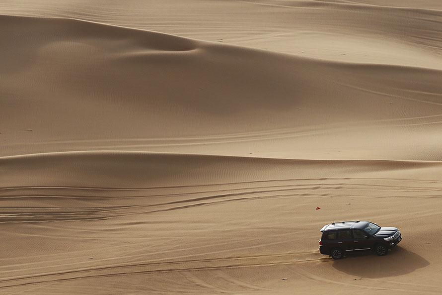 砂漠を走るランドクルーザーは、外洋を航行するクルーザーのようだ
