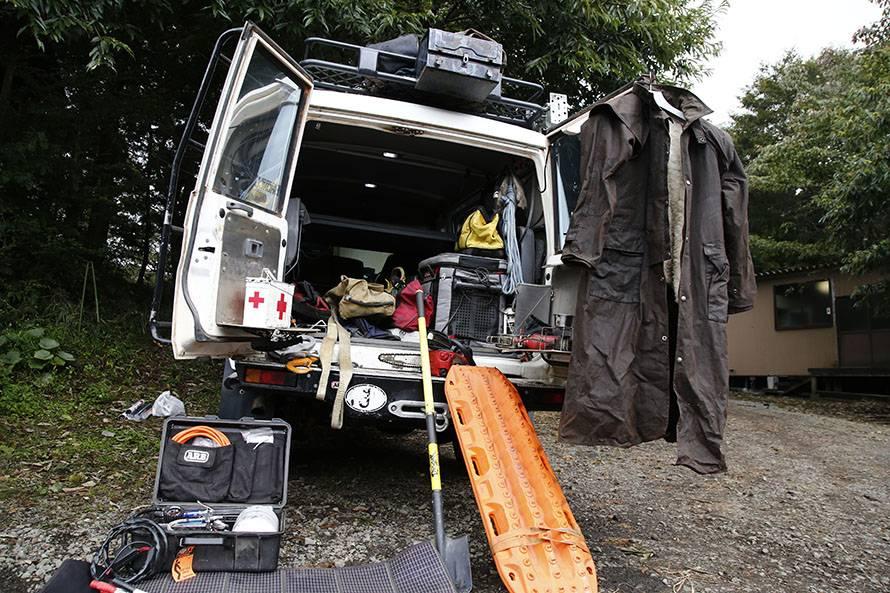 オーストラリアを走破したときの装備。砂丘でスタック脱出時に使うサンドラダー(オレンジの板)やスコップ、エアーコンプレッサー、救急箱、チェーンソーなどを積む