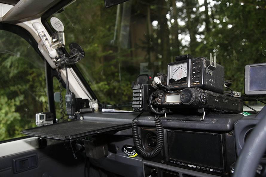 運転席から手の届く所に無線機を設置
