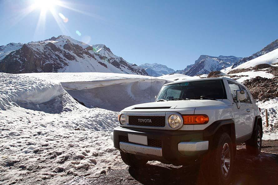 標高4,000m超えのチリとアルゼンチンの国境近くにて。後ろには南米大陸最高峰のアコンカグアが見える