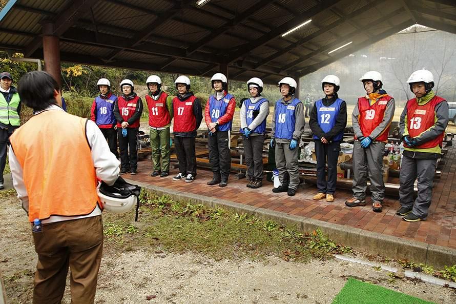 ヤマハは青、トヨタは赤のビブスを着用。様々な部署から男女のエンジニアが集まった