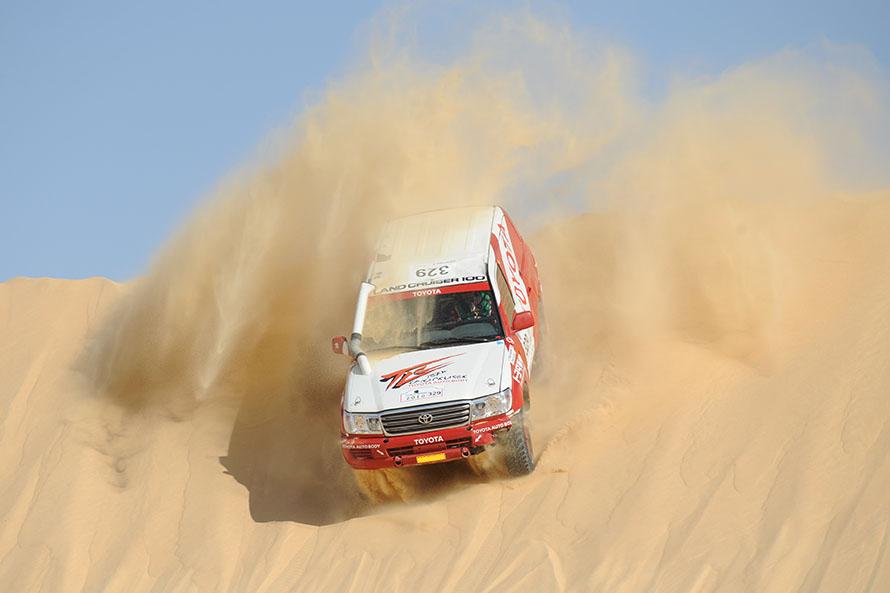 2010年、エジプトで開催されたファラオラリーにランドクルーザー100で参戦