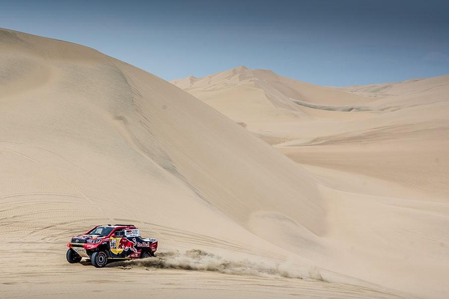 初ステージから砂丘。軽快に走るナサール&マチュー組のHILUX