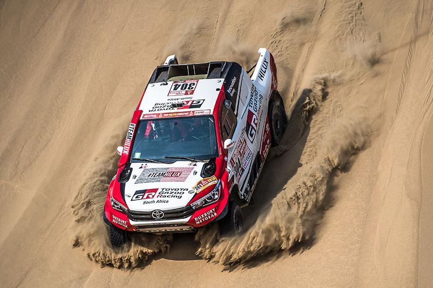 砂丘の多いステージが続く。ダカールラリーで一度もリタイヤしたことがないジニール&ディルク組はステディーに走る