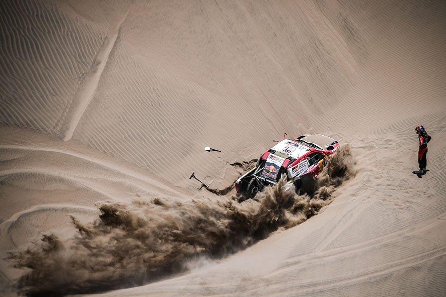 吹き溜まった柔らかい砂にスタックし、脱出をはかるナサール&マチュー組/DPPI