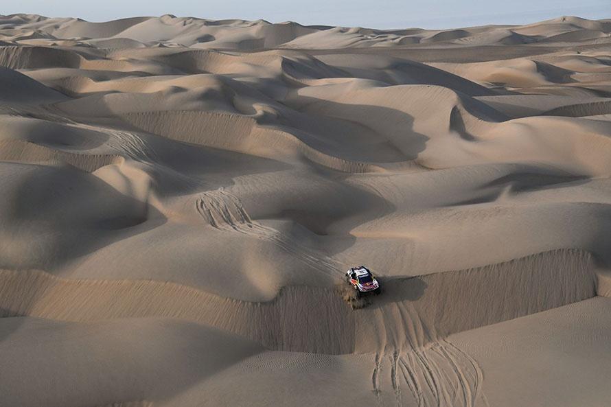 延々と続く砂丘。プジョーが上位を固め始める/Eric_Vargiolu_DPPI