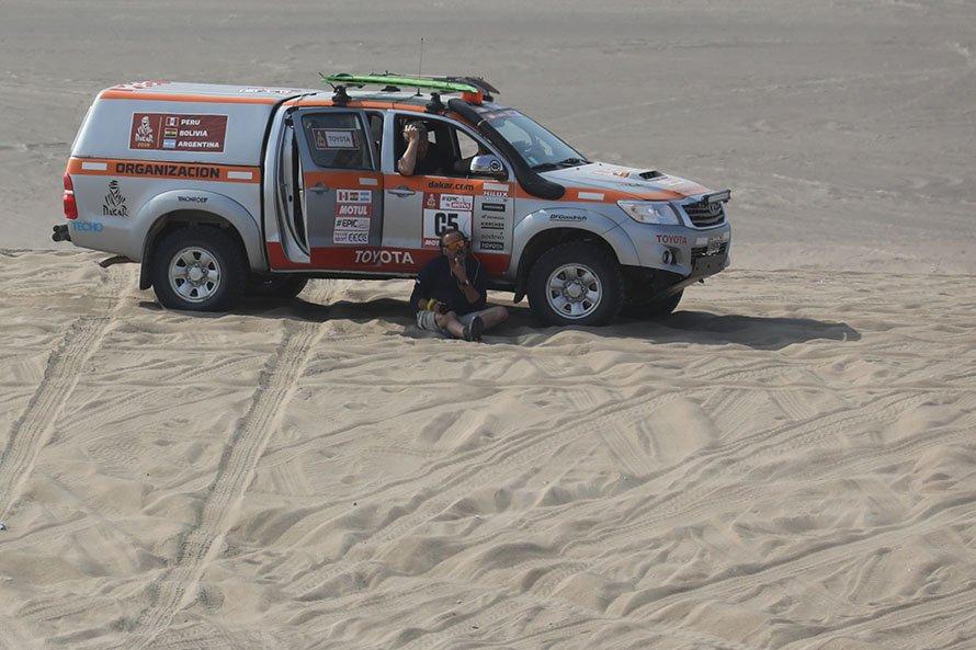 先代モデルのハイラックスもこうして砂丘を走り、競技車が来るのを待ち受ける