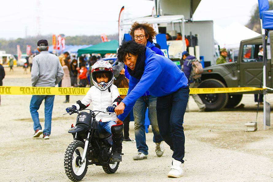 子供たちがバイクに乗れる体験コーナーも。これからが楽しみだ