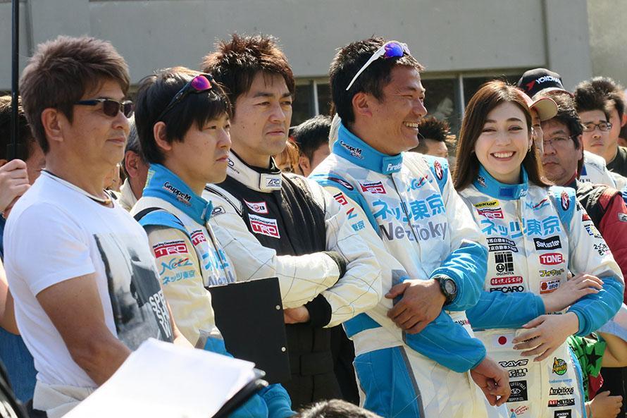 アジアクロスカントリーラリーで一緒に走った哀川翔選手(一番左)と久しぶりに再会。その隣はネッツ東京レーシングのチームメイトの長山等選手、田中威一郎選手