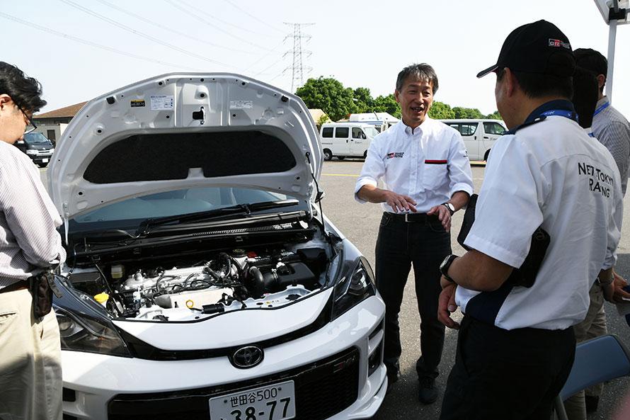 コンパクトなスペースにうまく搭載できたエンジン。佐々木主幹はモータースポーツ系エンジニアとして長年勤務するスペシャリスト