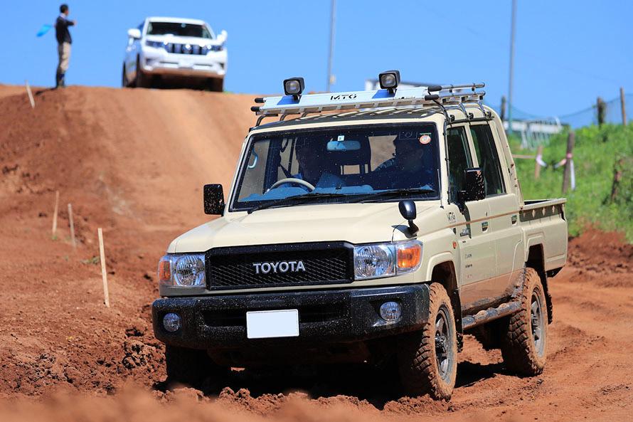 試乗で人気のあったランドクルーザー70ピックアップ。オーストラリアの農道を走っているように見える