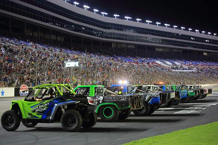 2レース目は夜。Indy Carがゴールして表彰式をやっているときにこのようにSSTのマシンがオーバルコースに並べられる