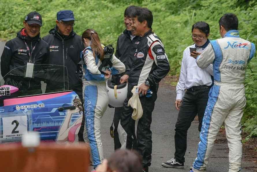 インストラクターの石田選手から「塚本選手は筋がいいからこれからもっとうまくなります」と言っていただき、笑みがこぼれるネッツ東京レーシング
