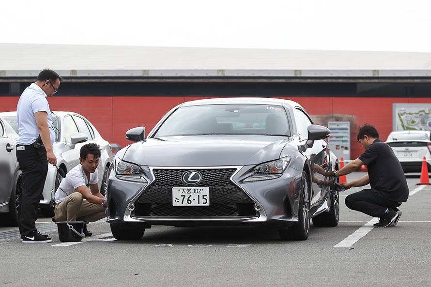 試乗車はLEXUS店スタッフが丁寧に洗車して準備する