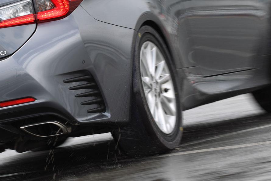 リヤタイヤに滑りやすい樹脂製パーツを装着