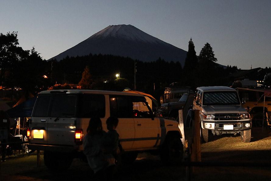 日が暮れても続々キャンプ地にランドクルーザーがやってくる