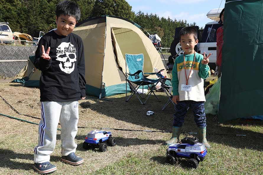 ダカールラリーに参戦するランドクルーザー200のRCカーで遊ぶ子供たち