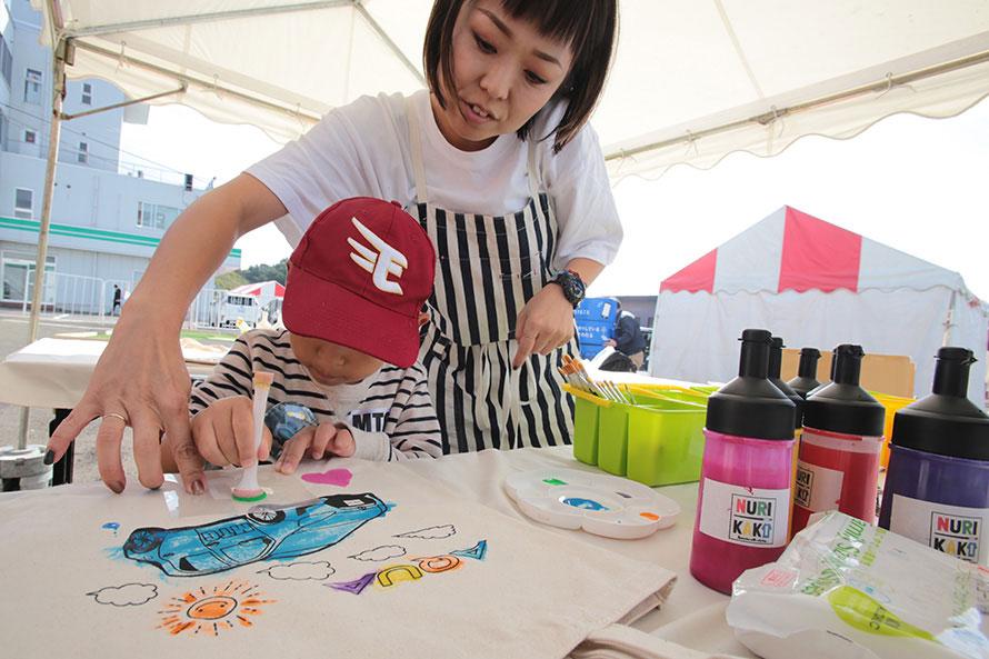 自分で描いた塗り絵を缶バッチや反射材キーホルダーにできるコーナーも