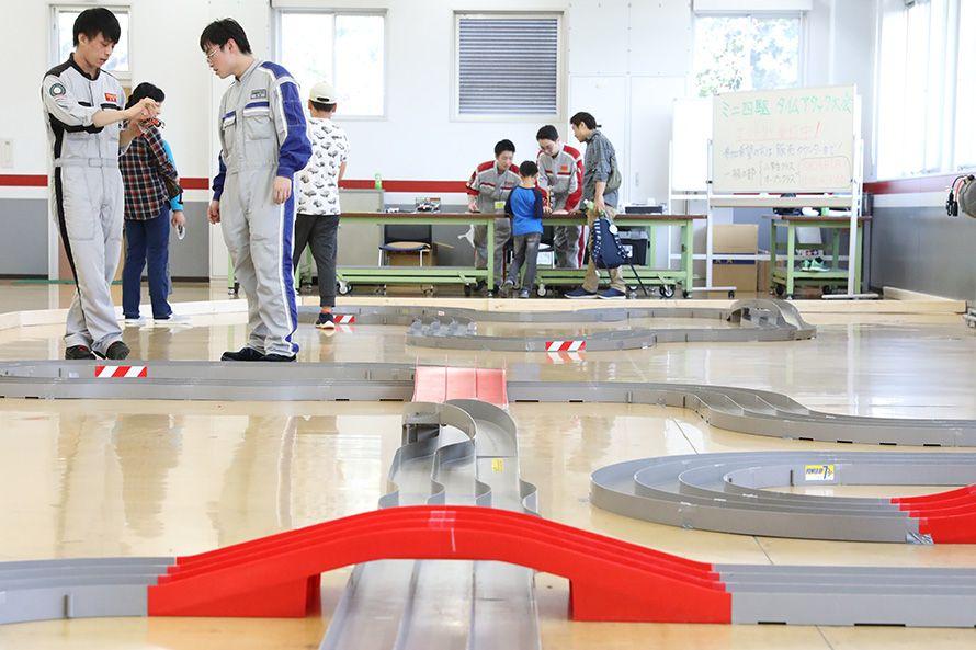ミニ四駆を組み立て競争する。これもクルマ好きを増やそうと学生たちが開催