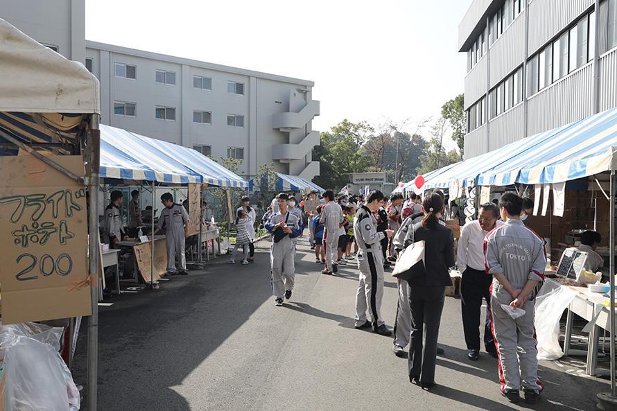 もぐもぐ市場では学生たちが料理を作る、売る、お礼を言う。社会勉強の場にもなる