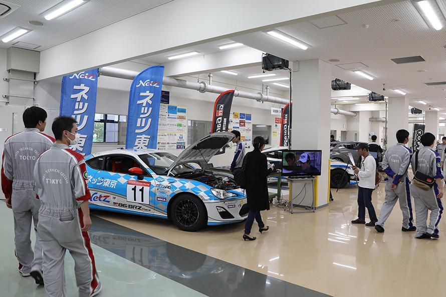 86/BRZレースに参戦するネッツ東京レーシングのTOYOTA 86など展示