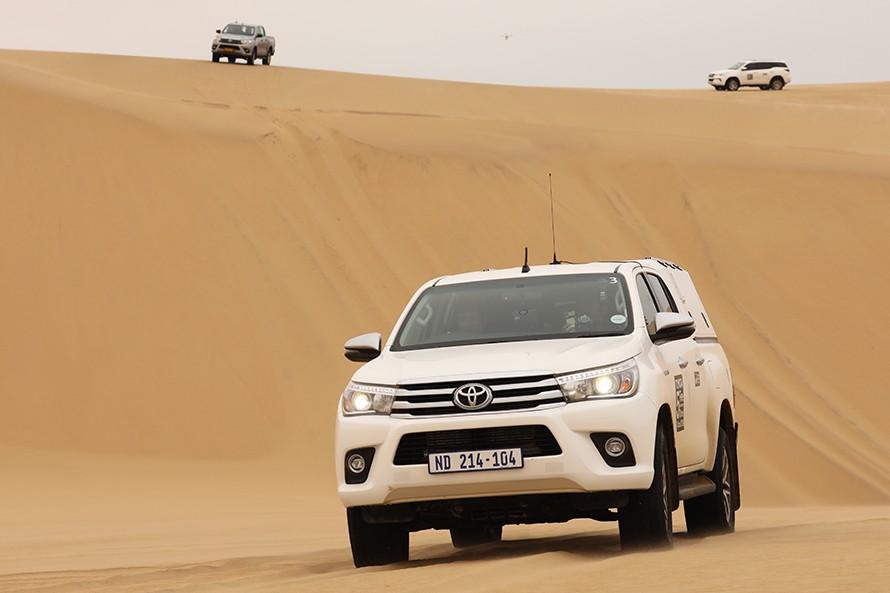 砂丘を下って登る。その繰り返しで砂漠を抜ける