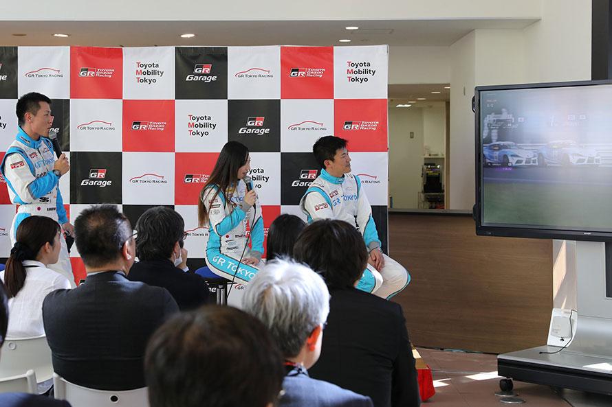 モニターを観ながら、塚本選手と水谷選手が二人の走りを解説