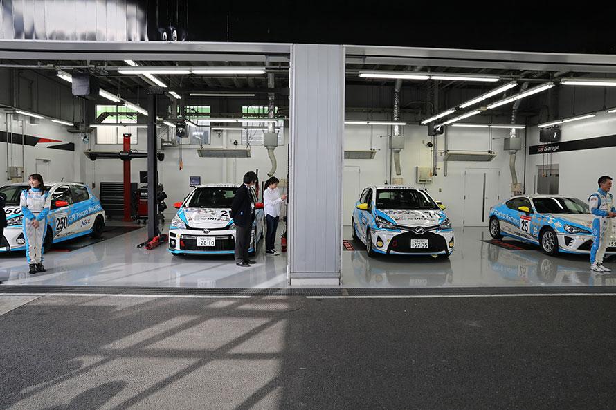サーキットのパドックのようなレーシーなGR Garage東京三鷹のサービスピット