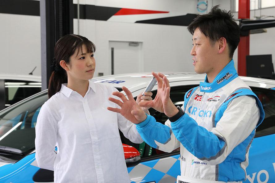 元SKE48で昨年はTGRラリーチャレンジのC-1シリーズチャンピオン コ・ドライバー、今年は全日本ラリーに参戦する梅本まどかさんがMotorFanのレポーターとして各選手をインタビュー