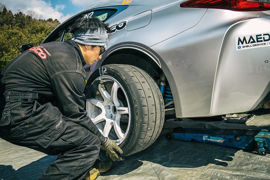 本来リヤタイヤは275まで履けるがラリータイヤがないため、255サイズを使用している