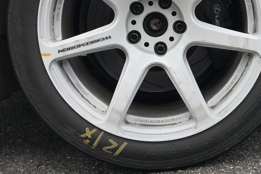 スタート前にタイヤとホイールに黄色いチェックを受けるが、これだけずれるすごいパワーだ