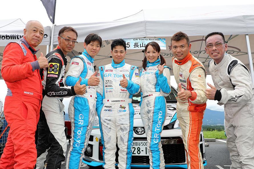 Vitz Raceに参戦する長山さん、清水さん、咲川さんとお客様