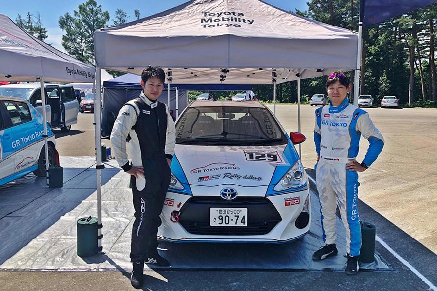 ラリーチャレンジにアクアで参戦する社員ドライバーとコドライバーの長山さん