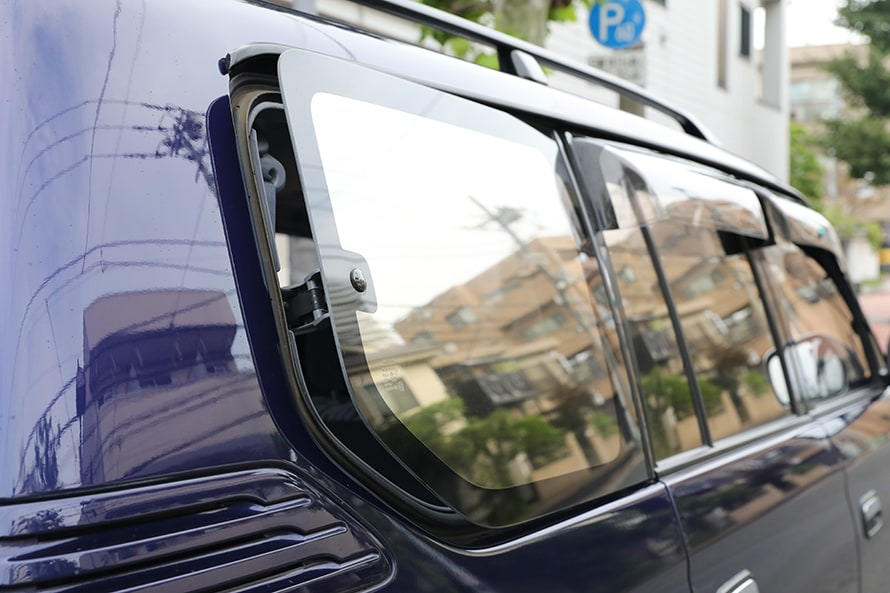 『90プラド』のリヤガラスはこのように開く